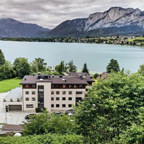 Hotel Lackner Luftaufnahme mit Bergpanorama